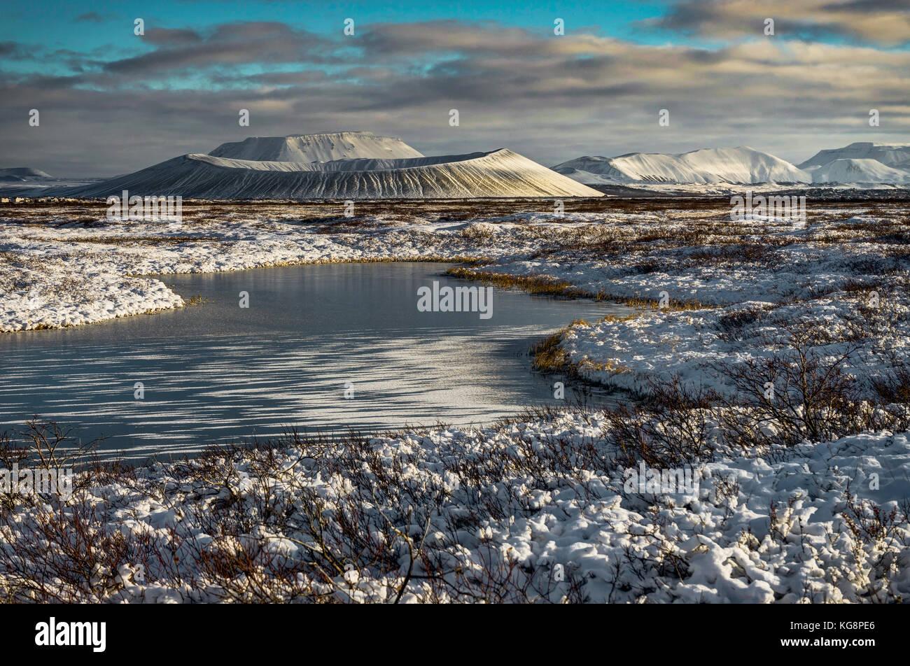 Weihnachten Landschaft mit gefrorenen See mit Schneebedeckten Hverfjall Stockbild