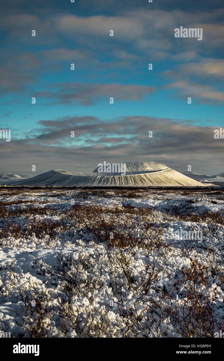 Weihnachten Landschaft mit schneebedeckten Vulkans Hverfjall und Refl Stockbild