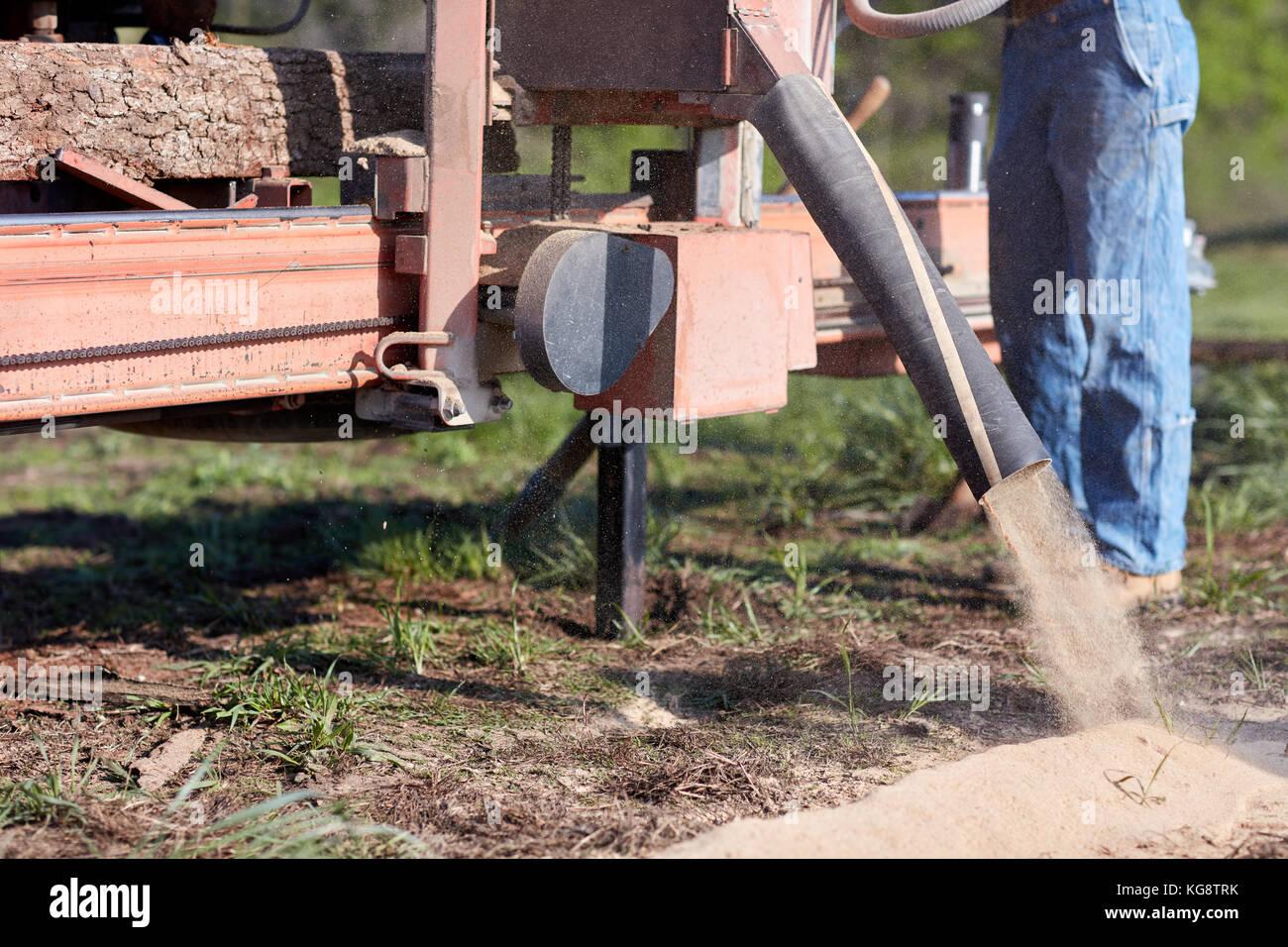 Arbeitnehmer In Einem Sagewerk Frasen Holz Im Freien Auf Ein