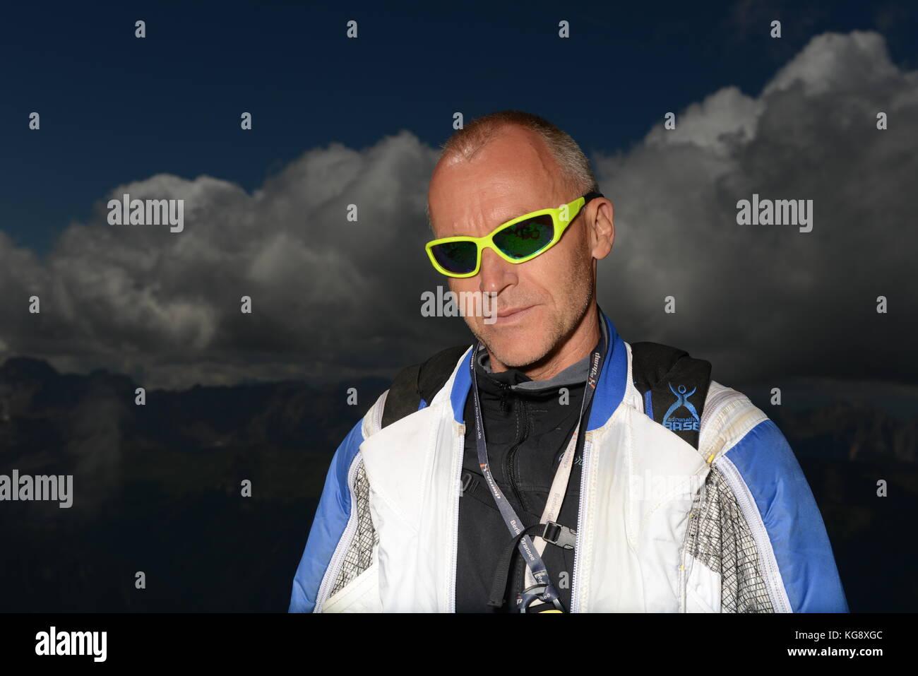 Wingsuit Base Jumper denkt über seinen nächsten Schritt von der Klippe hinter ihm zu springen. Die Konzentration Stockbild