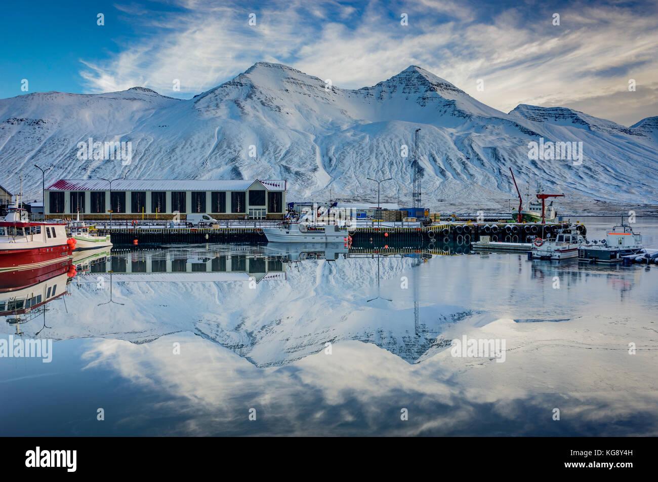 Winter Szene in Island kleine Stadt Siglufjordur mit Wasser refl Stockbild