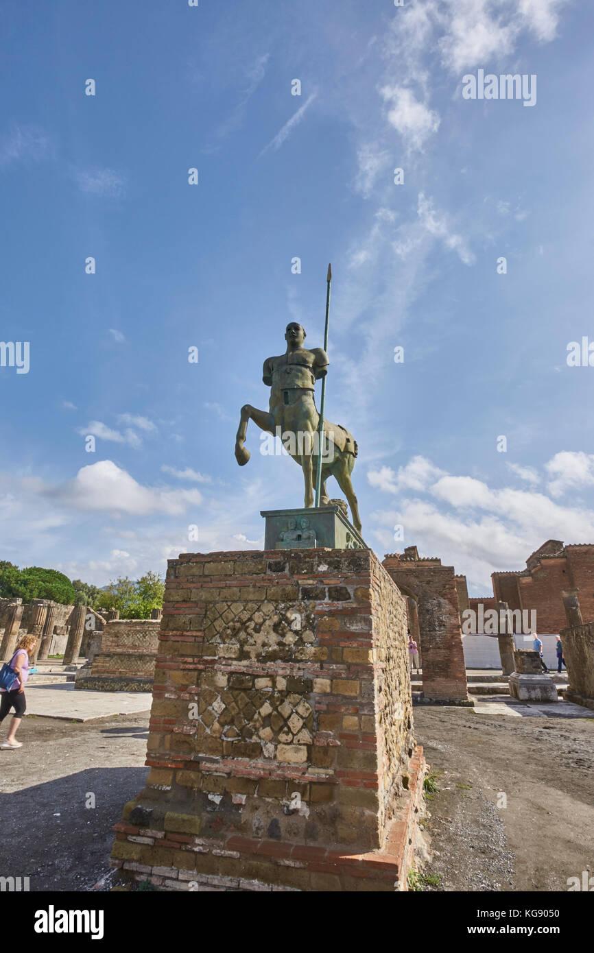 Ruinen von Pompeji ausgestellt nach archäologischen Ausgrabungen. moderne Skulpturen rund um die Website des Stockbild