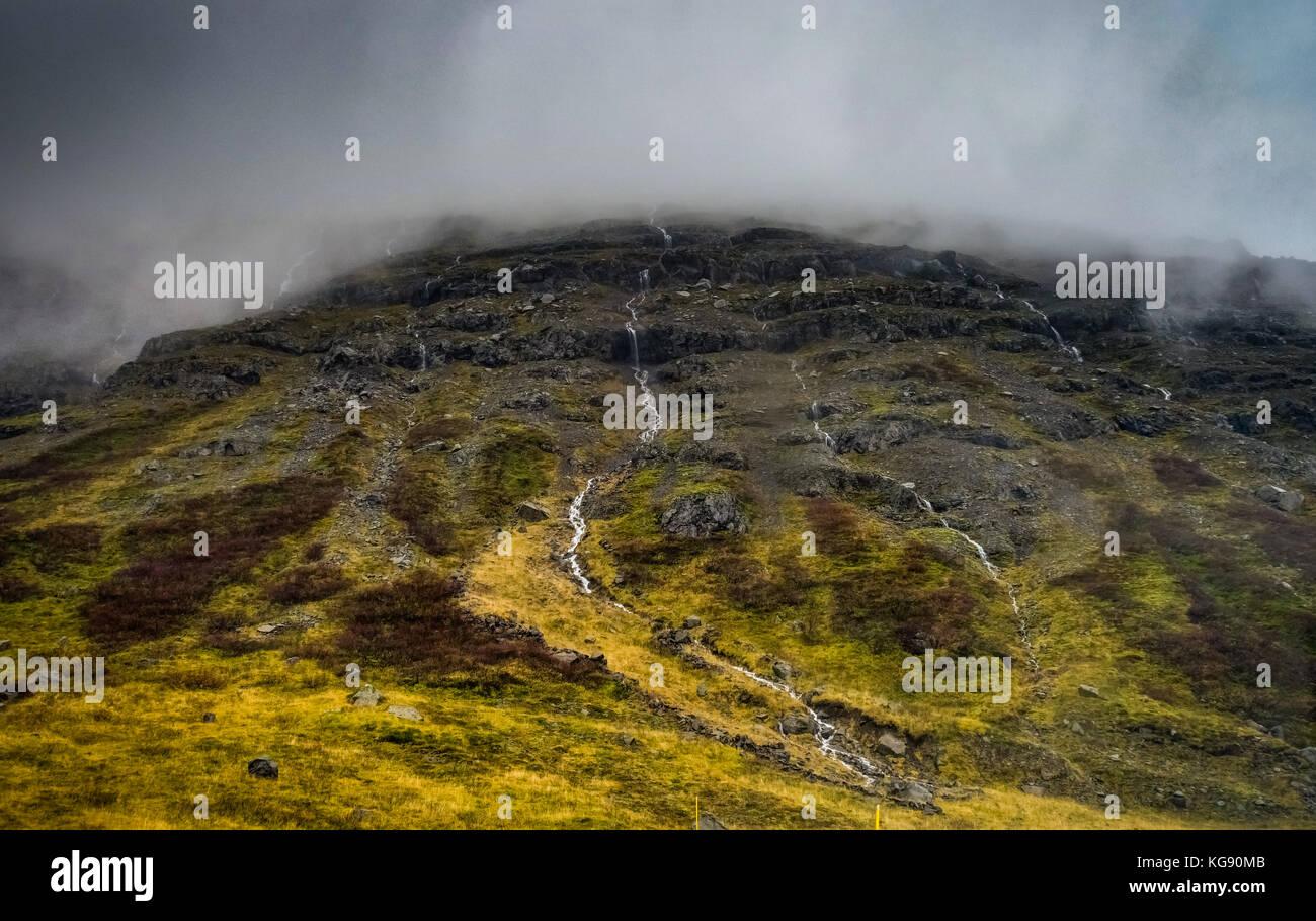 Isländische Landschaft mit Nebel Berge mit Schnee im Nebel Stockbild