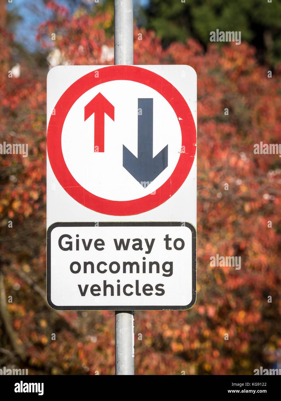 Art und Weise der entgegenkommenden Fahrzeuge geben - UK Road Sign Stockbild