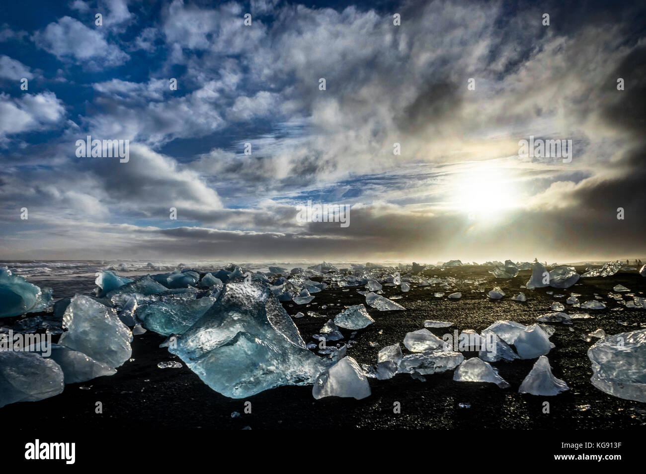 Eisberge in Jokulsarlon bei Sonnenuntergang golden hour mit Glac Stockbild