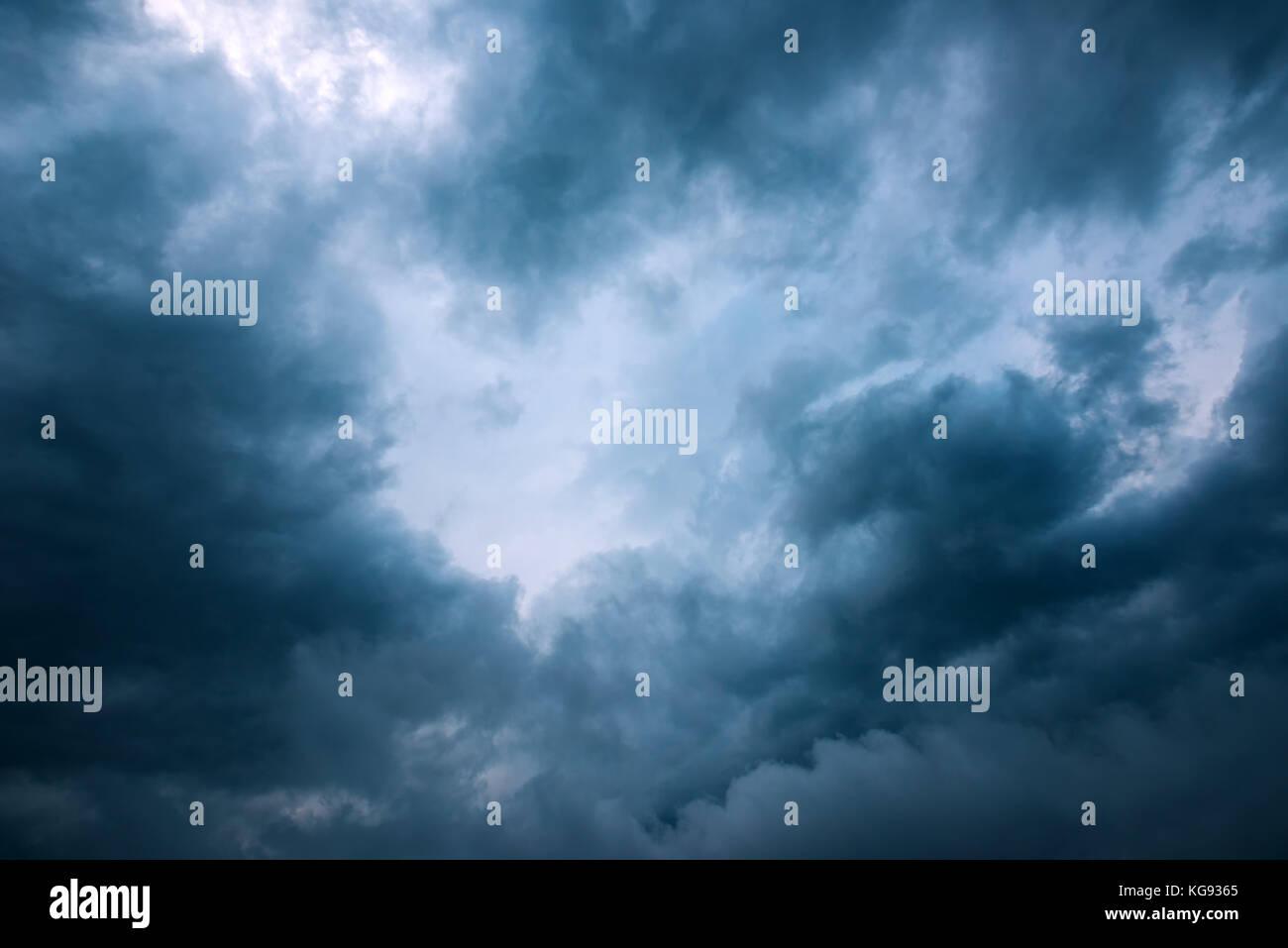 Unter dem Regen Wolken. Wetter, Klima und Regenzeit cloudscape Hintergrund Stockfoto
