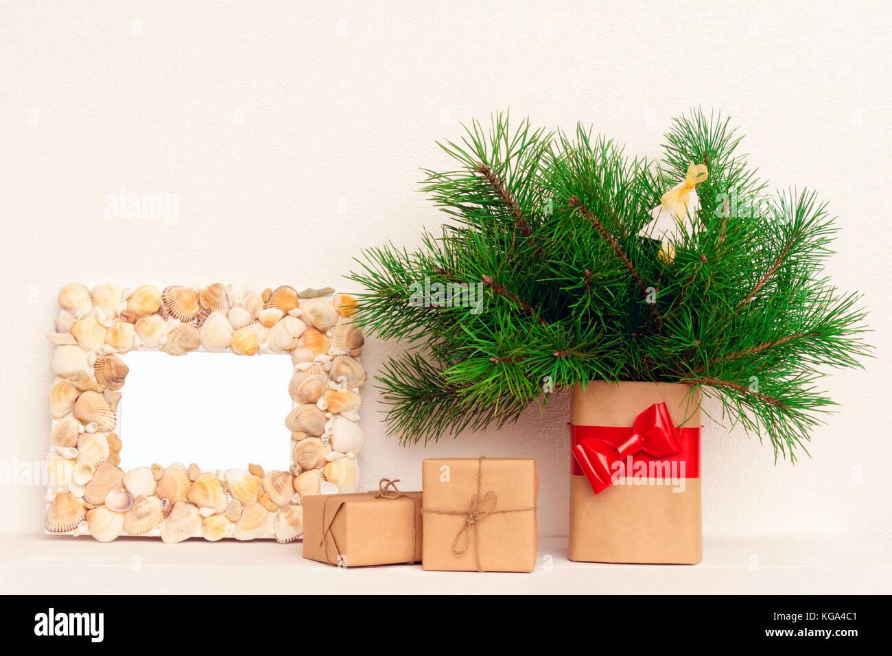 Bilderrahmen, Weihnachten Geschenke auf Holztisch Stockfoto, Bild ...