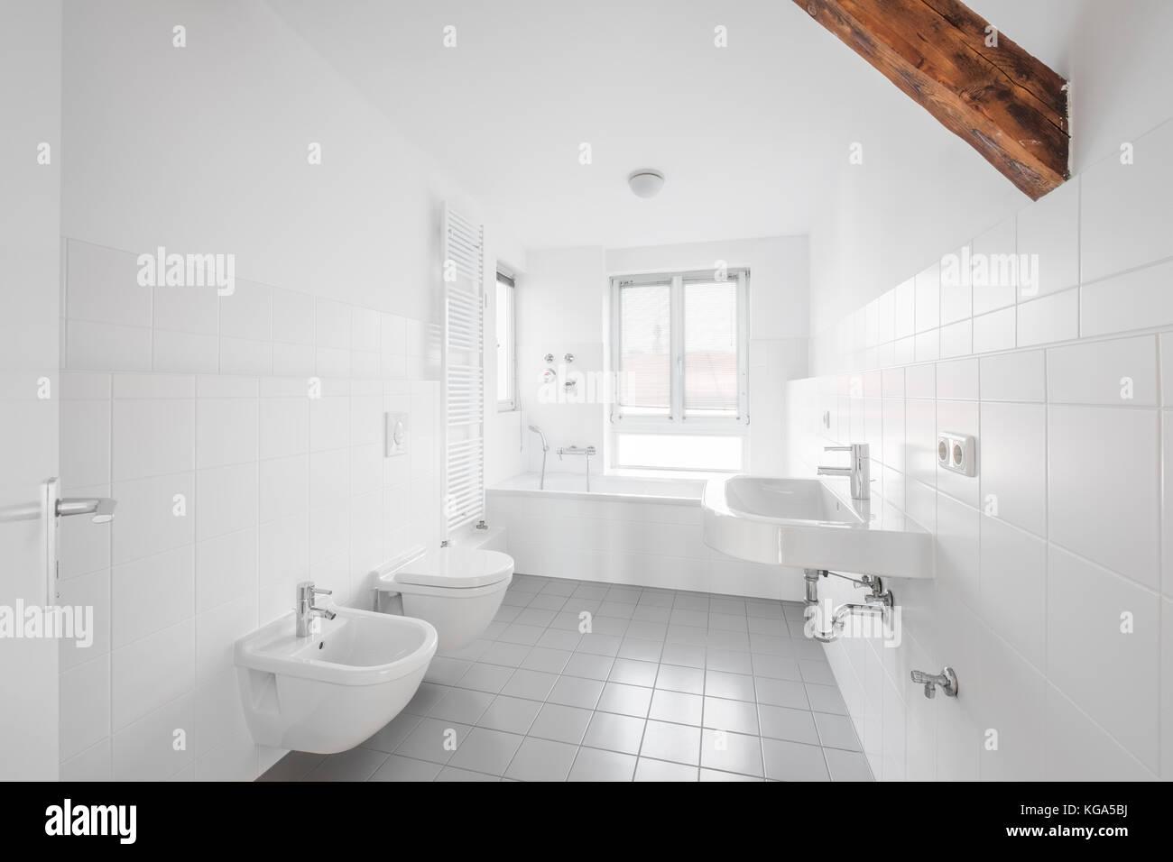 Weißes Badezimmer - Modernes gefliestes Bad Badewanne ...