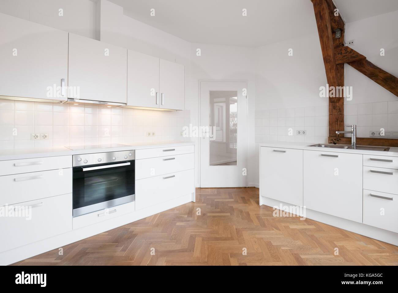 Holzfußboden In Der Küche ~ Moderne weiße küche in penthouse mit holzboden stockfoto bild