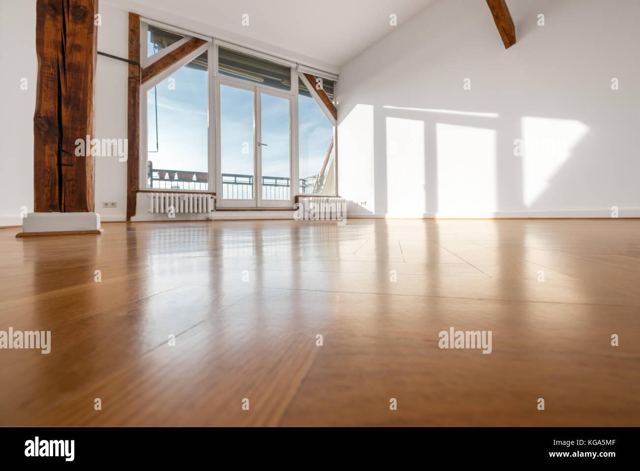 Leeren Raum mit Holzboden und Terrasse Fenster Stockfoto