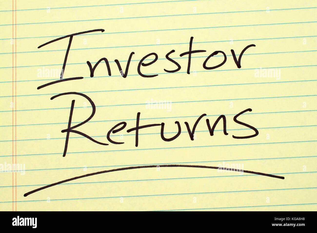 """Das Wort """"Investor gibt"""", unterstrich auf einem gelben Legal Pad Stockbild"""