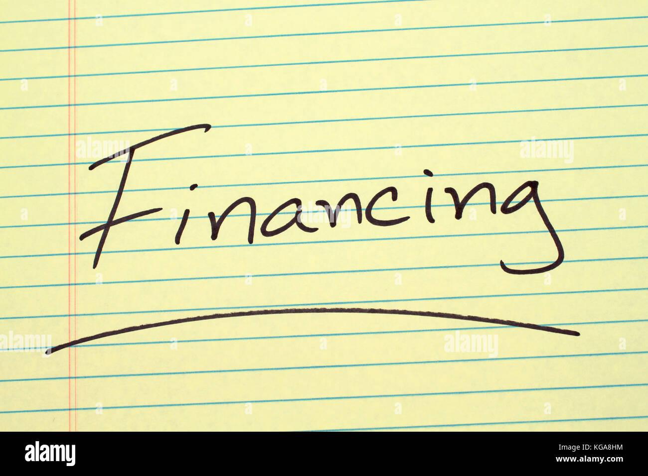 """Das Wort """"Finanzierung"""" auf einem gelben Legal Pad unterstrichen Stockbild"""