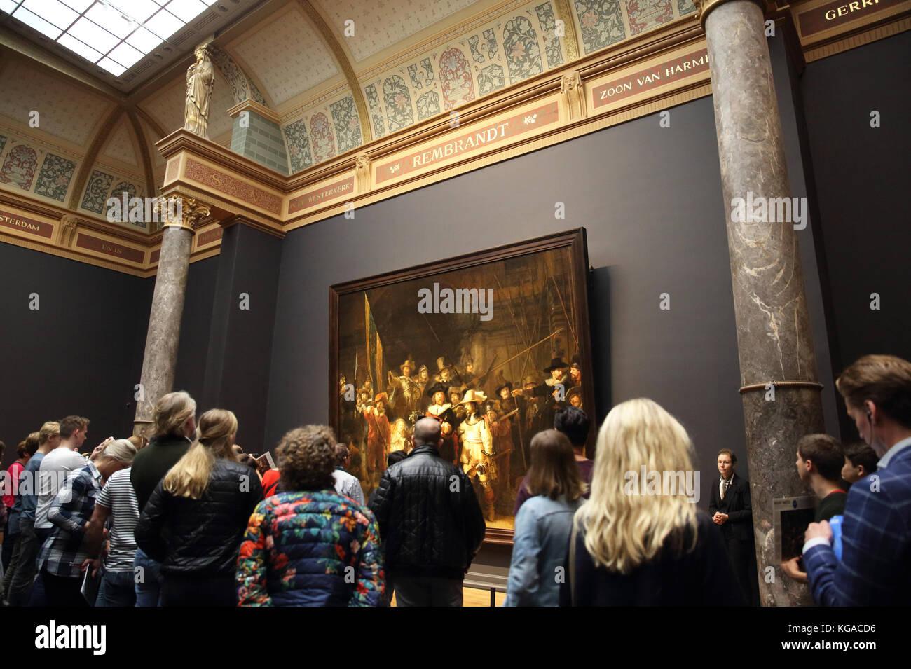 Die Nachtwache Malerei in der Galerie von Rembrandt im Rijksmuseum, dem Museumplein, in Amsterdam, Niederlande Stockbild
