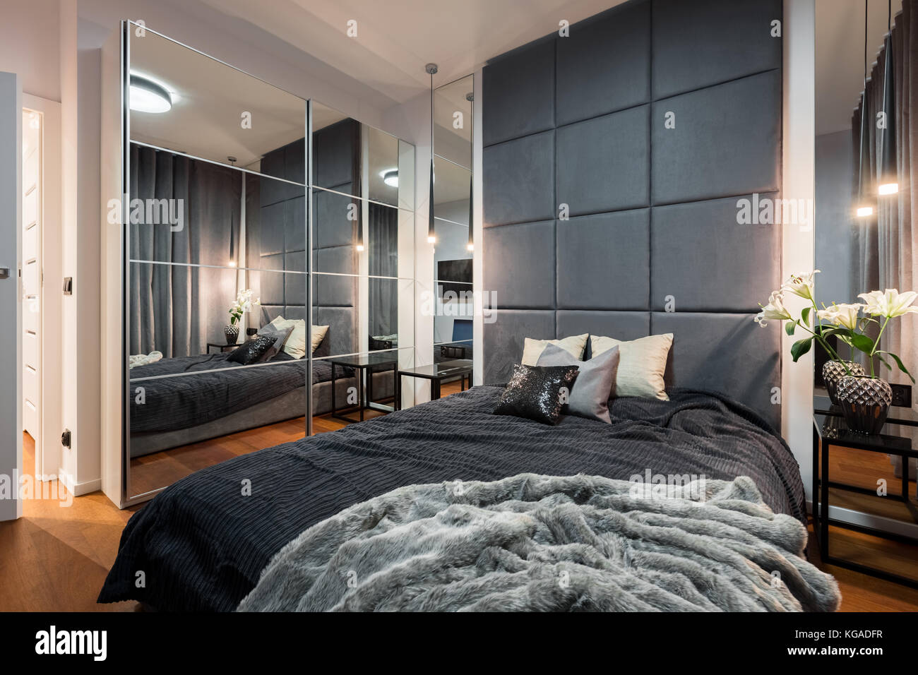 Elegante Schlafzimmer mit Doppelbett, gepolsterte Wand- und ...