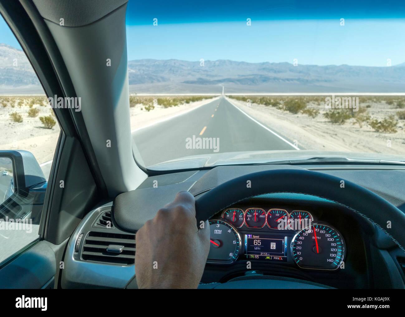 Death Valley Scenic Byway. Autofahrt Sicht mit Dashboard und Tempomat bei 65 Mph. 65 mph Geschwindigkeitsbegrenzung Stockbild