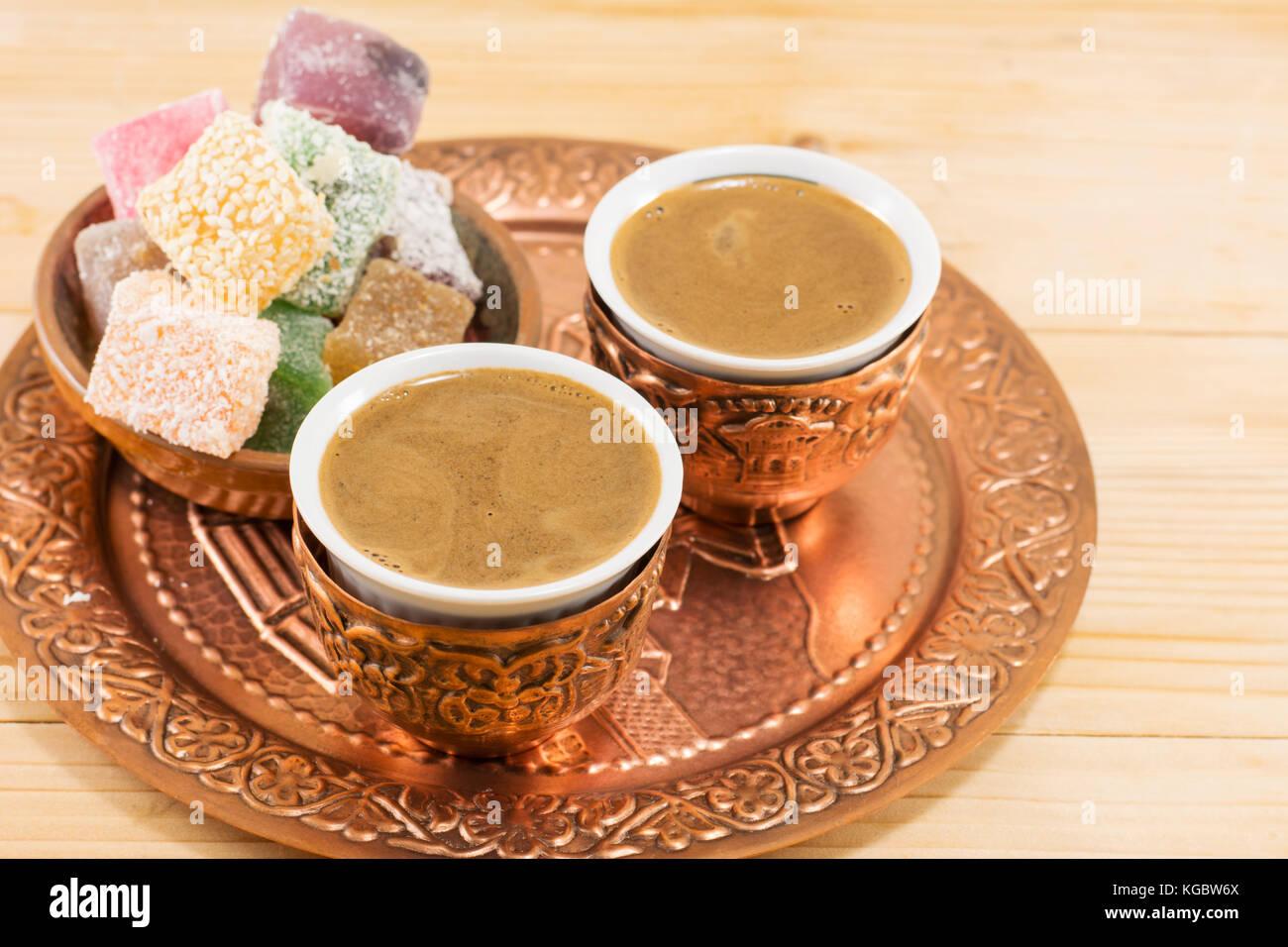 Kaffee Und Turkish Delight In Einem Kupfer Kuchengerate Stockfoto