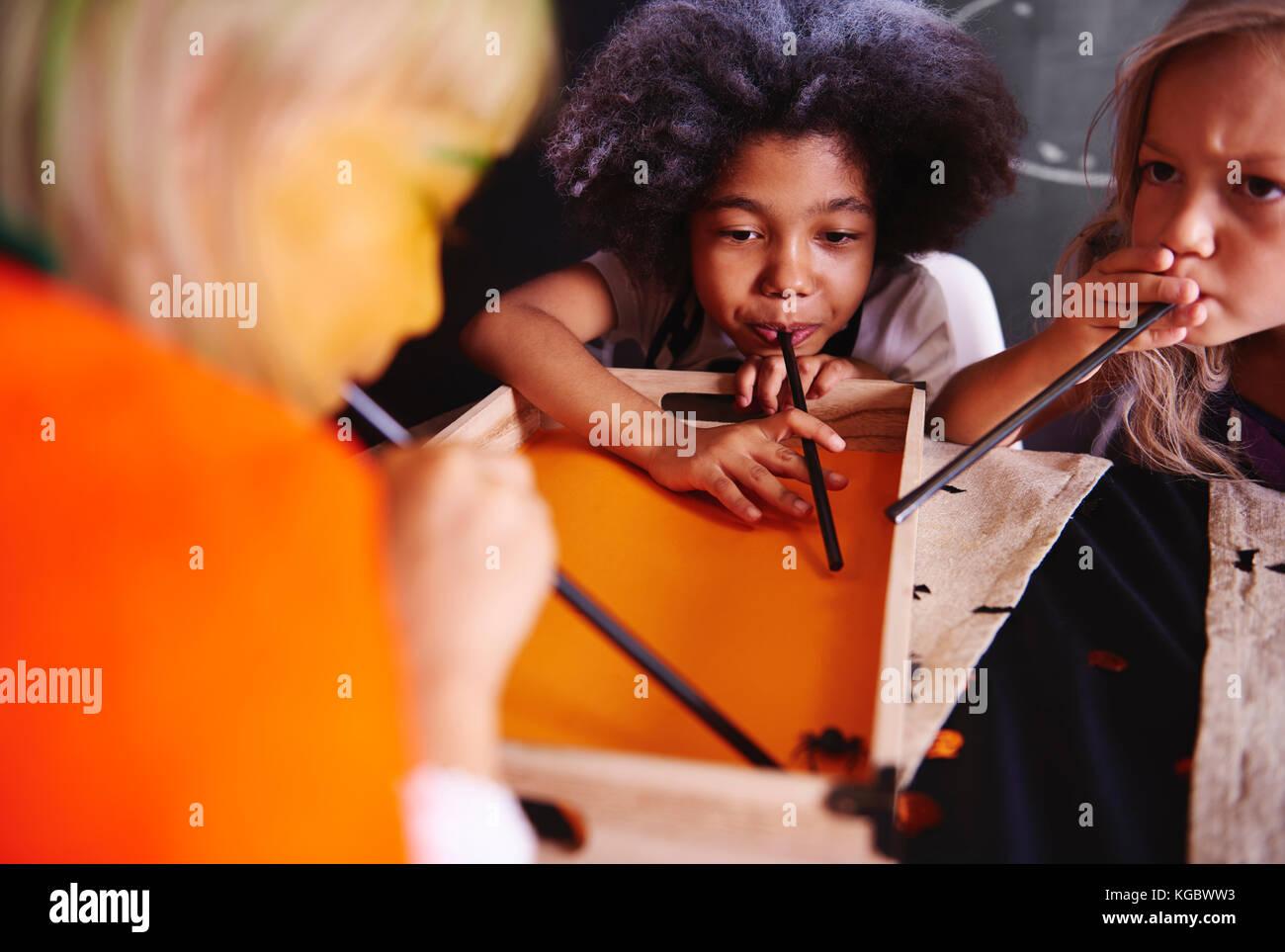 Mädchen blasen einer Spinne aus Kunststoff Stockbild
