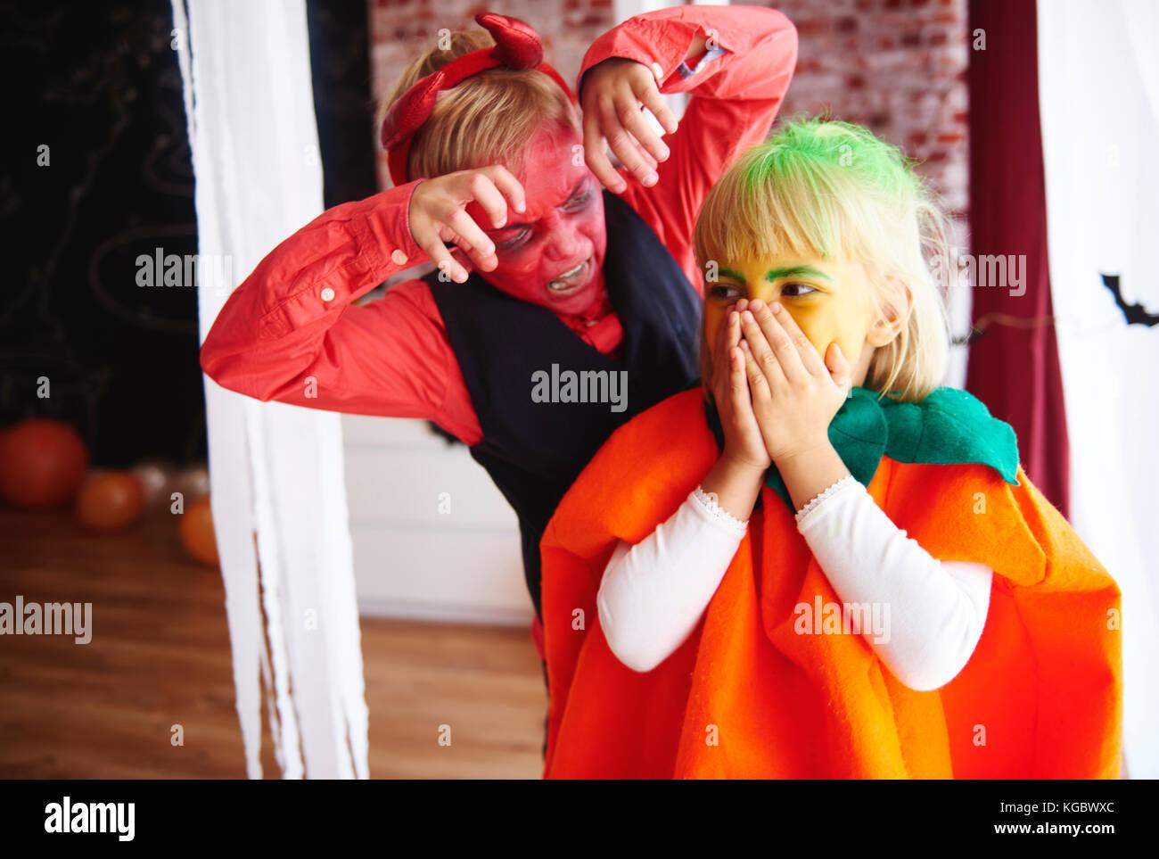Kleines Mädchen ist ihr Bruder Angst Stockbild