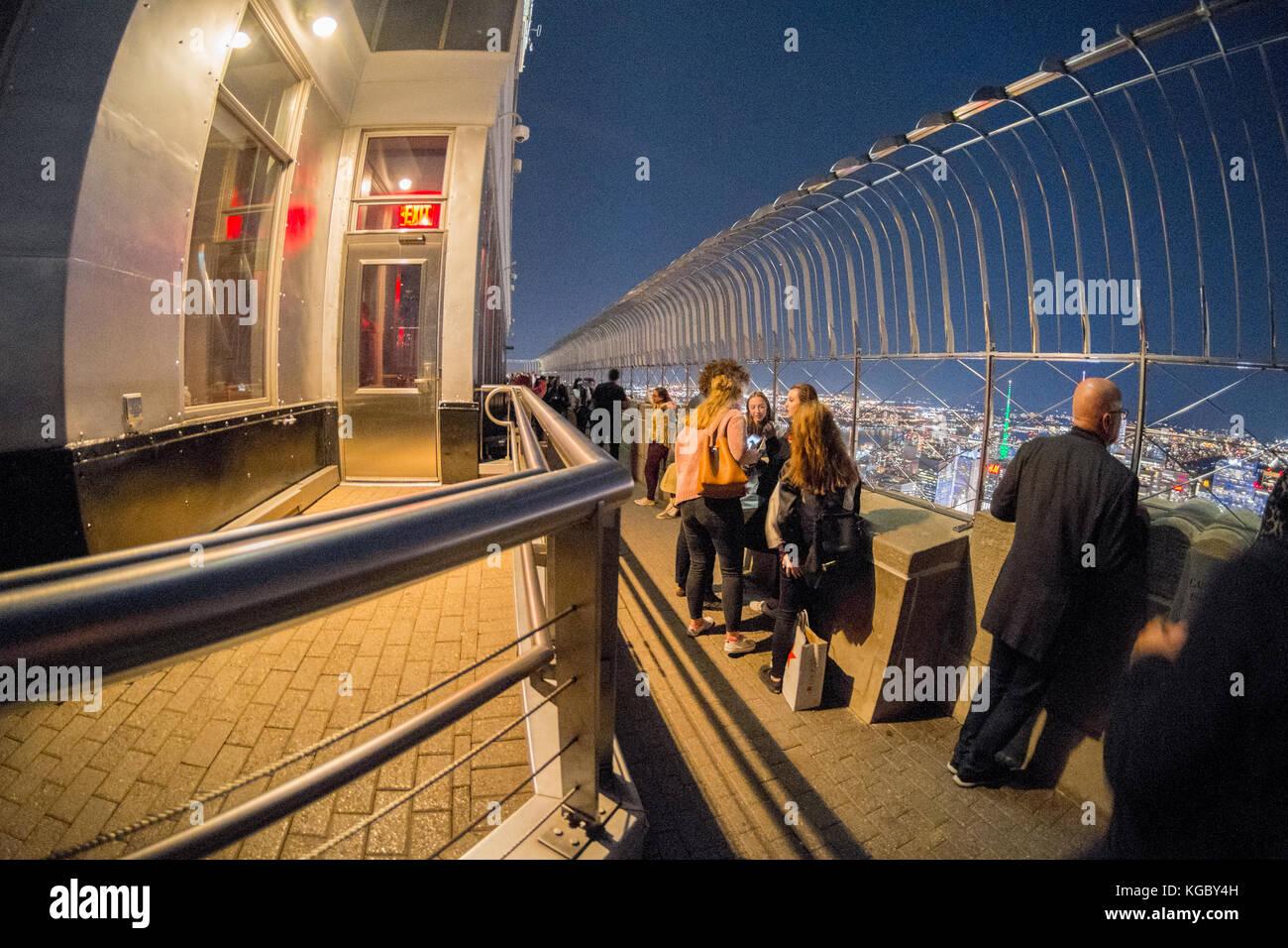 Aussichtsplattform auf der Spitze des Empire State Building bei ...