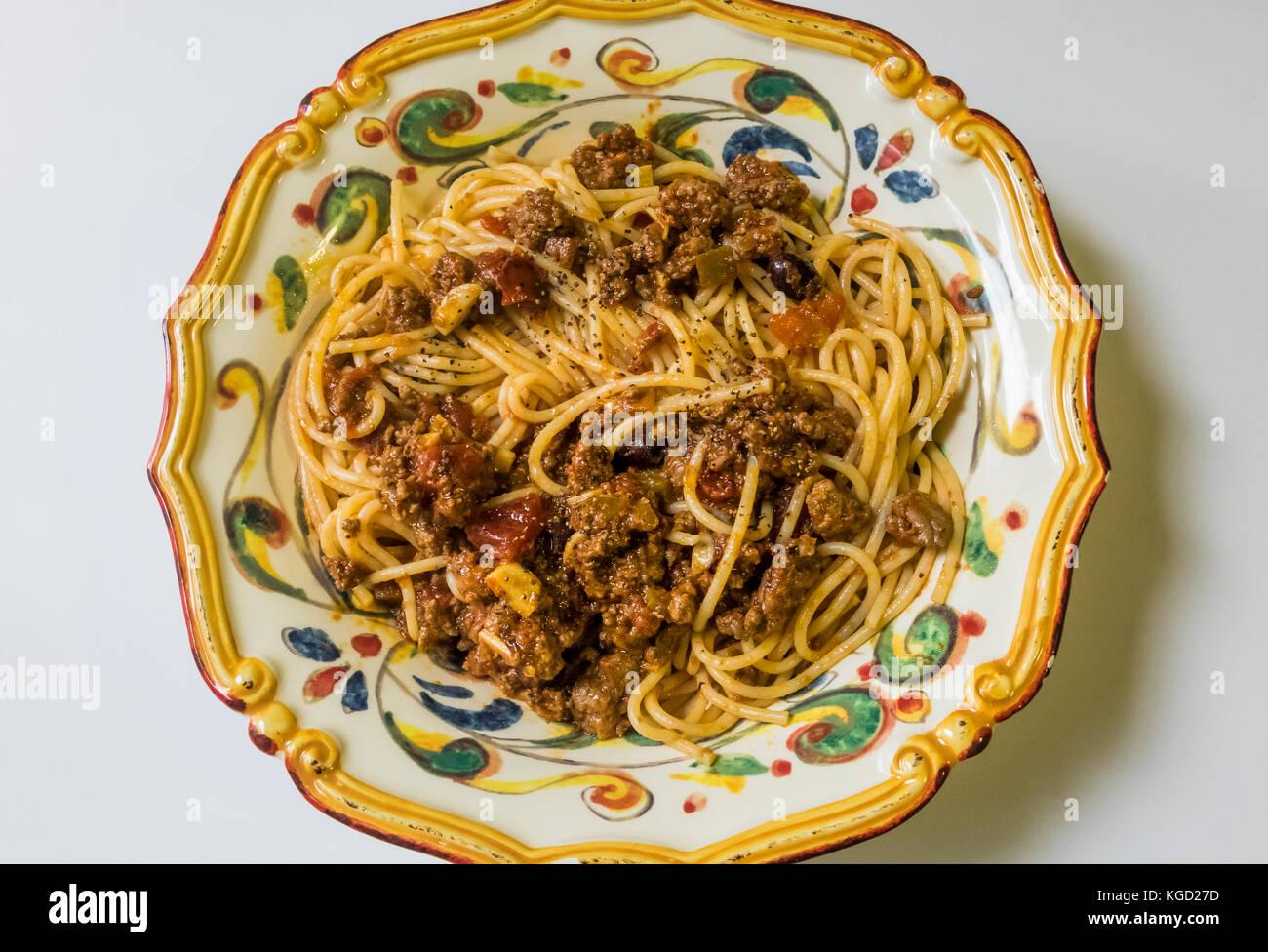 Spaghetti Bolognese in einem reich verzierten Italienische Pasta Schüssel Stockbild