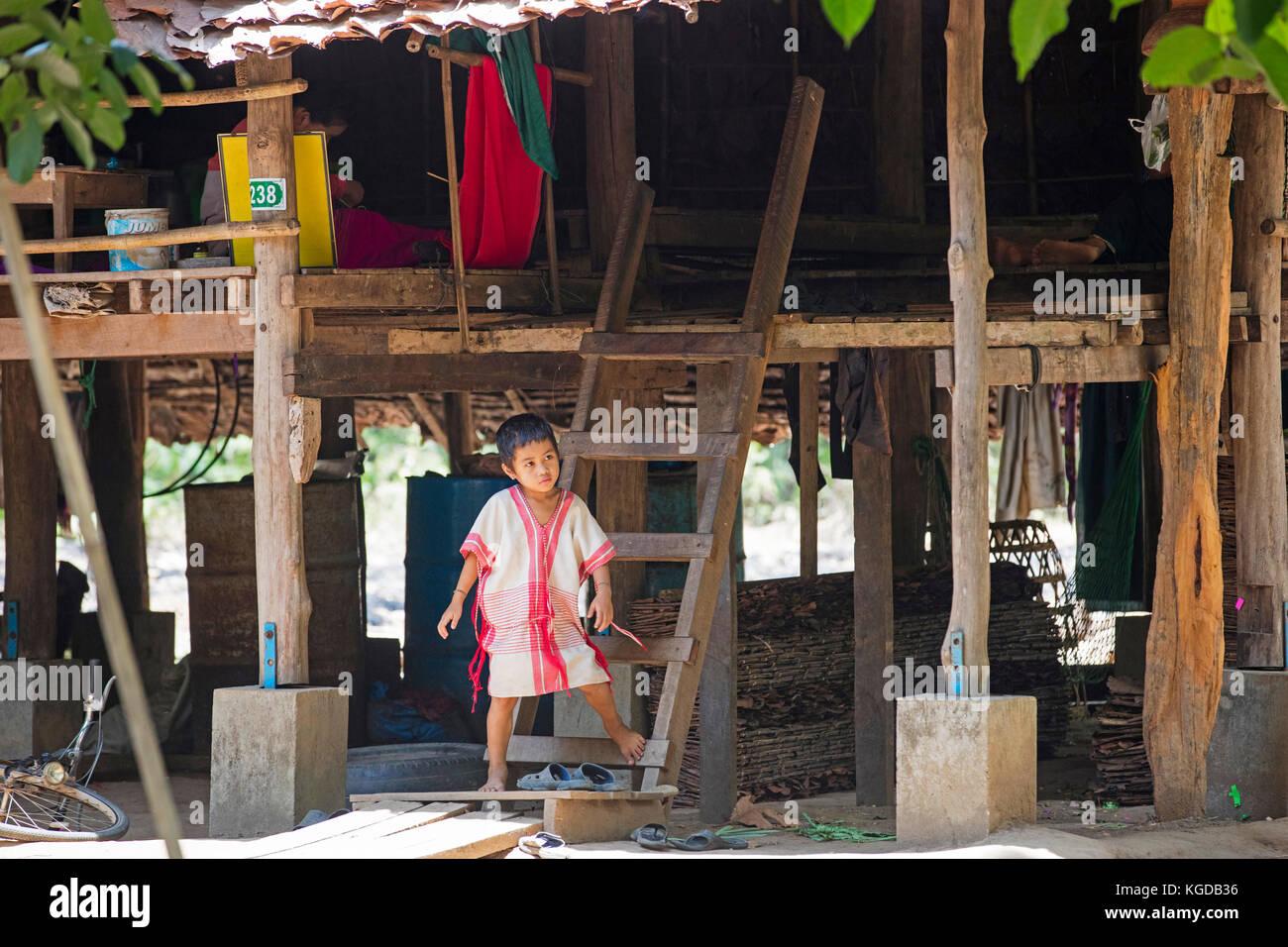 Bamar Kind vor Pile dwelling in Karen Dorf in der Nähe von Hpa-an, Karen Staat/Karen Staat, Myanmar/Burma Stockbild