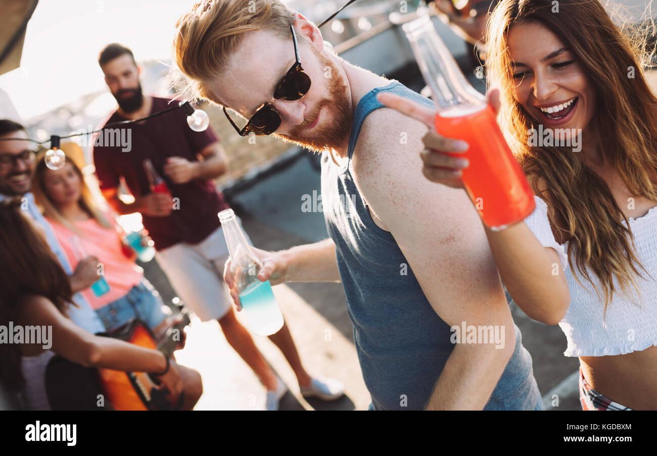 Glückliches Paar, das Spaß mal bei Party Stockbild