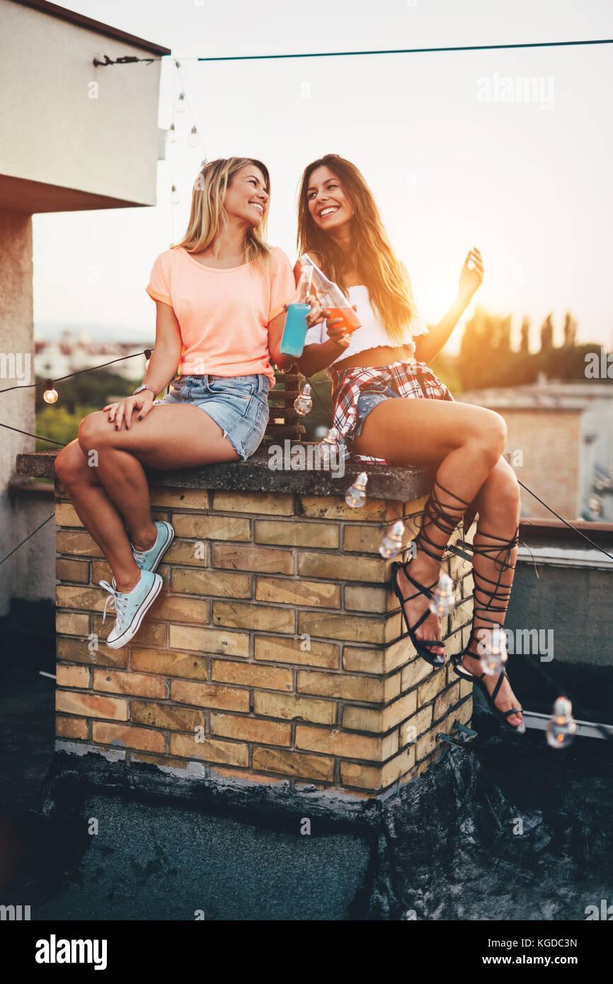 Glückliche junge Mädchen Spaß an der Party Stockbild