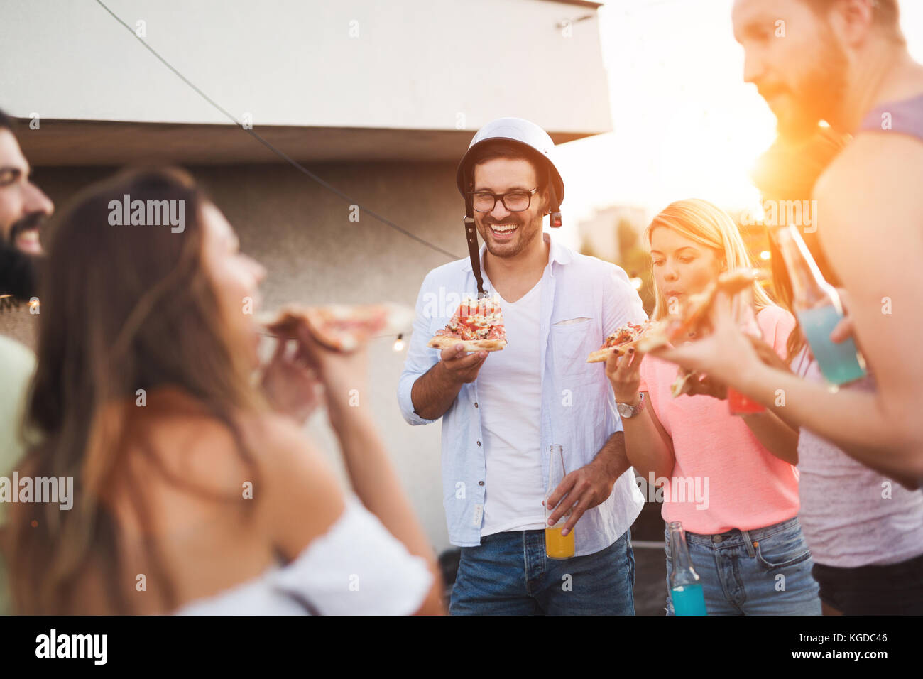 Gruppe von glücklich, Freunde, Party auf dem Dach Stockbild