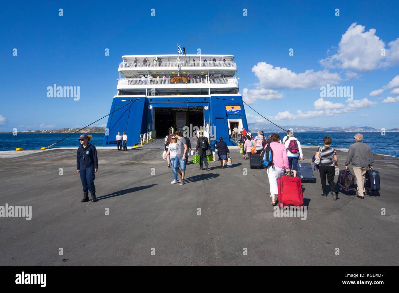 Reisende im Blue Star Ferry, Hafen von Naxos, Insel Naxos, Kykladen, Ägäis, Griechenland Stockbild
