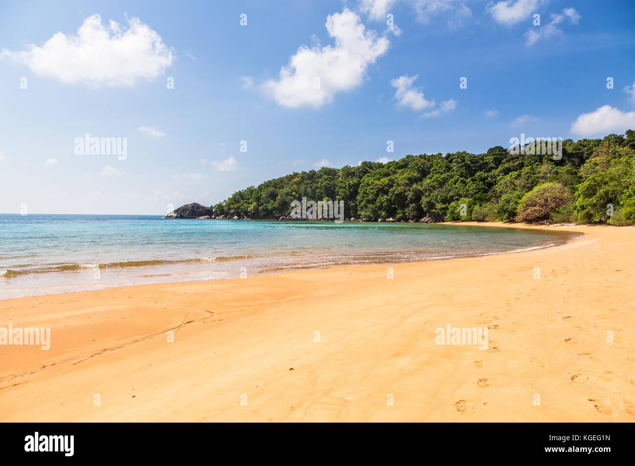 Idyllisch leeren Strand in Tioman Insel im Südchinesischen Meer in Malaysia an einem sonnigen Tag in Südostasien. Stockbild