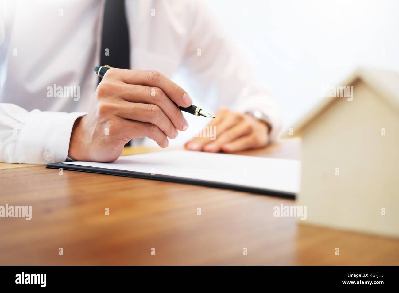 Der Kunde Unterschreibt Vertrag Vereinbarten Bedingungen Und
