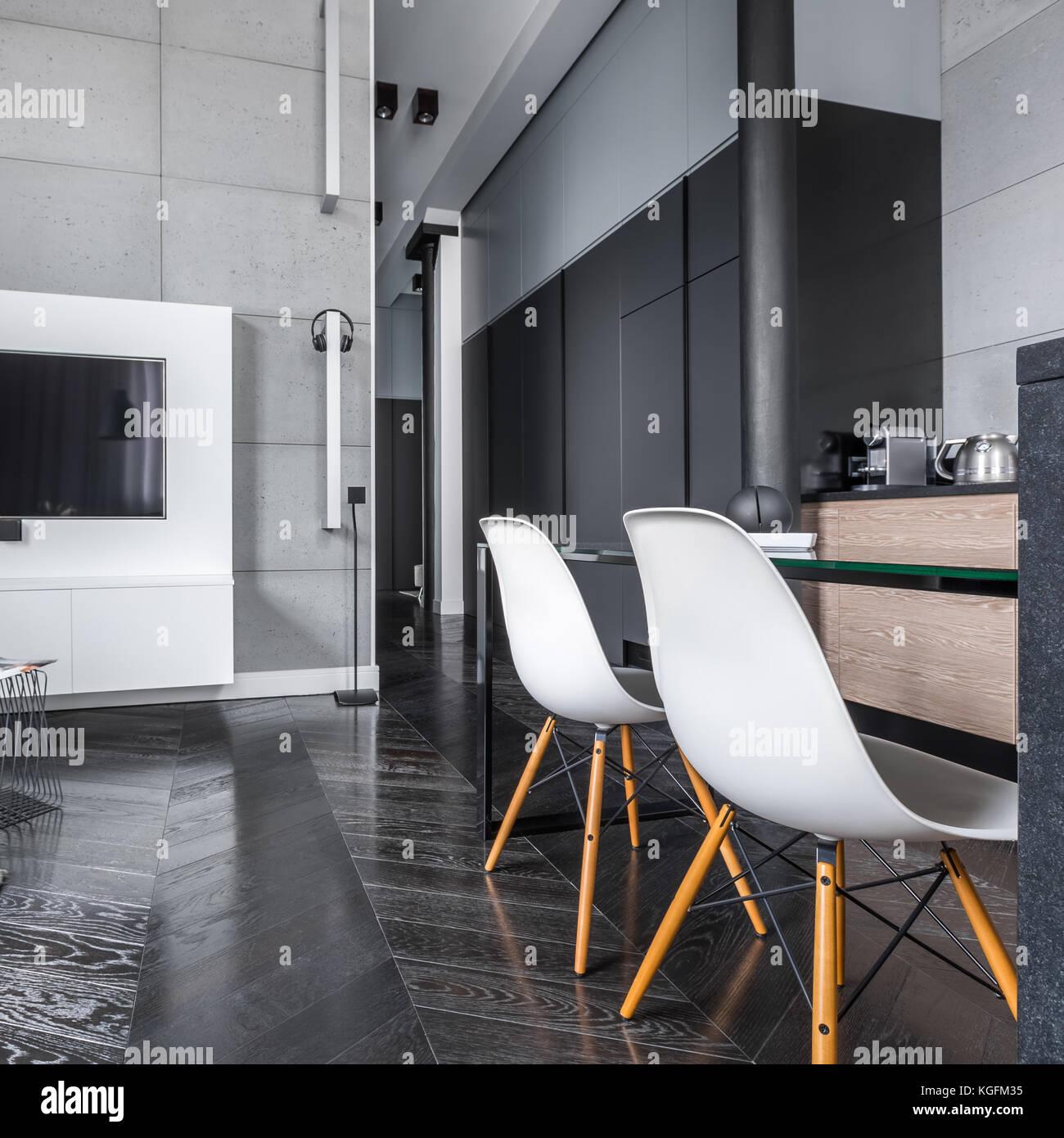 Tv Wohnzimmer Mit Grauen Wandfliesen Offen Zu Küche