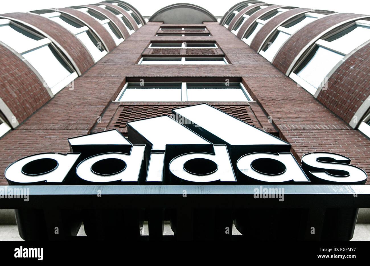 Adidas-Logo über dem Eingang einer Ihrer Filialen in Boston. Stockfoto
