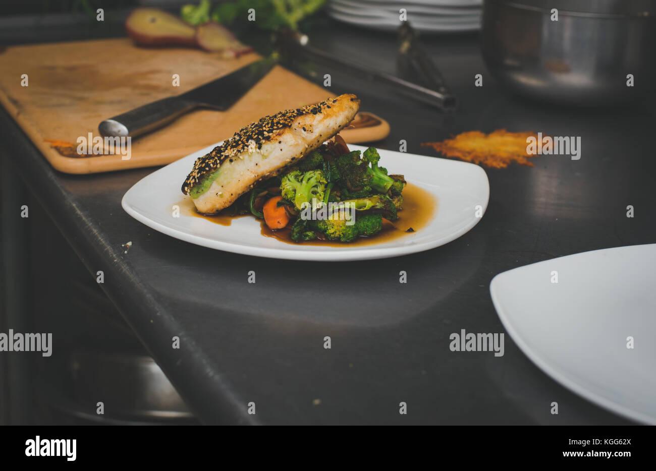 Lachs und Gemüse in einem Restaurant zubereitet Stockbild