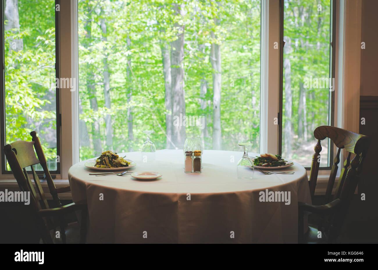 Eine Tabelle besteht in einem Restaurant in den Vereinigten Staaten Stockbild