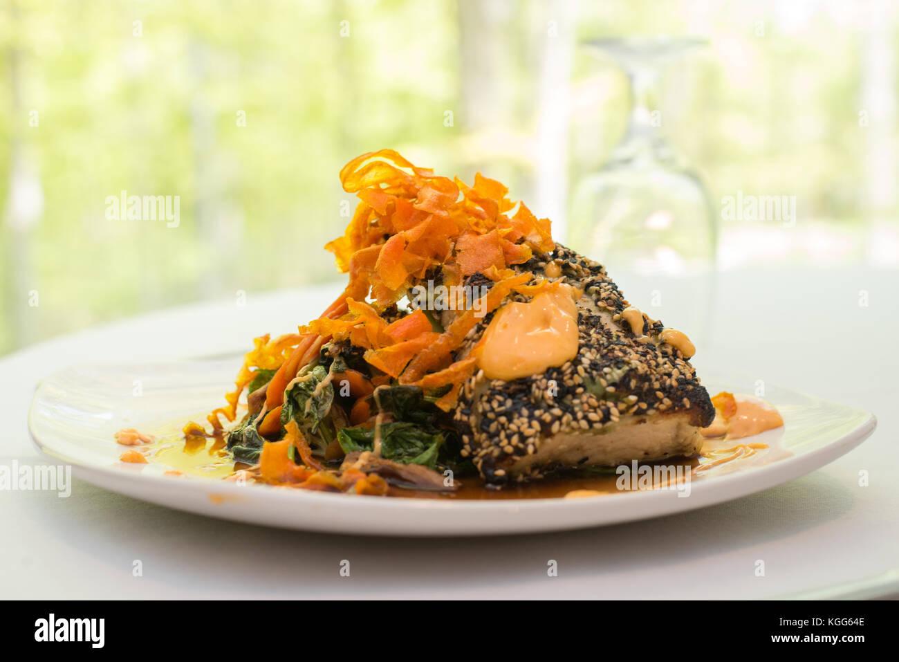 Verkrustete Fisch auf einer Platte für ein Restaurant vorgestellt. Stockbild