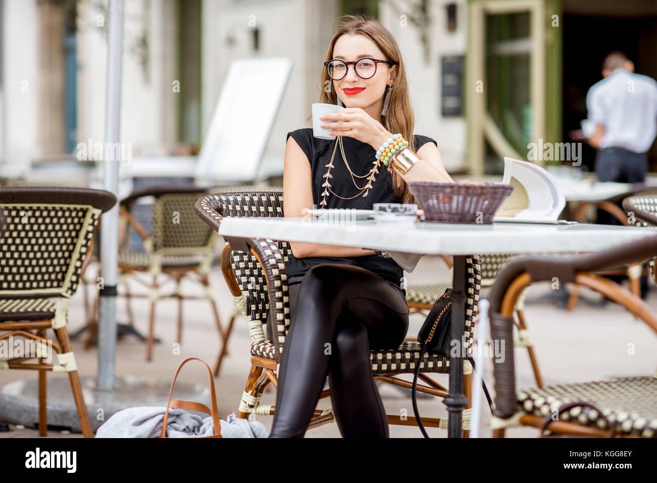 Frau an der französischen Cafe Stockbild
