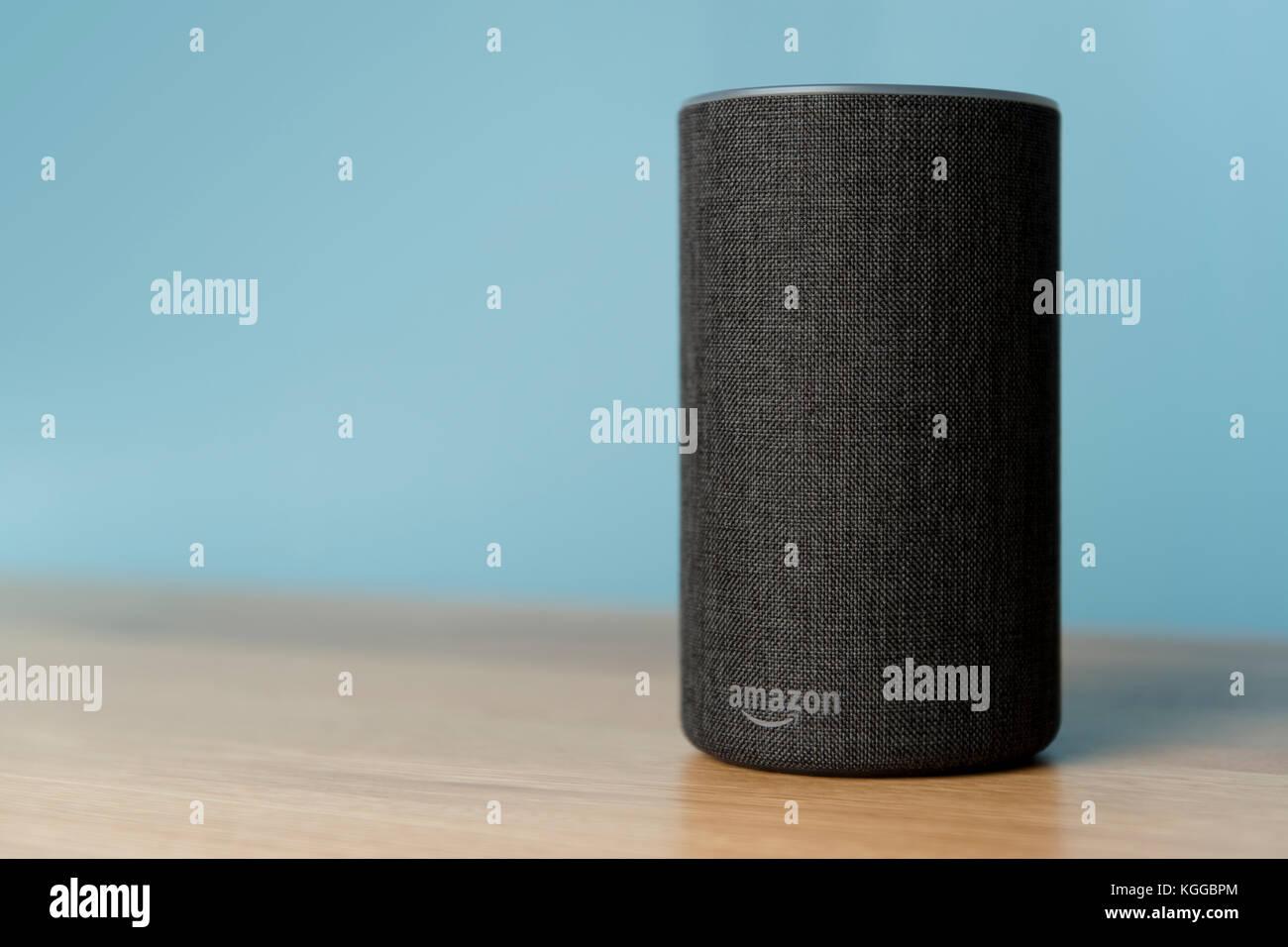 2017 Veröffentlichung einer Holzkohle Amazon Echo (2. Generation) smart Lautsprecher und persönlicher Stockbild