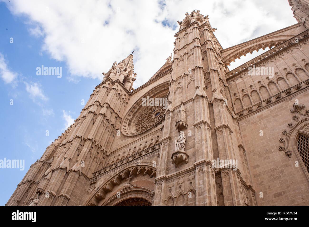 Kathedrale La Seu in Palma de Mallorca, ein beliebtes Touristenziel, vor einem blauen Himmel mit Wolken Stockbild