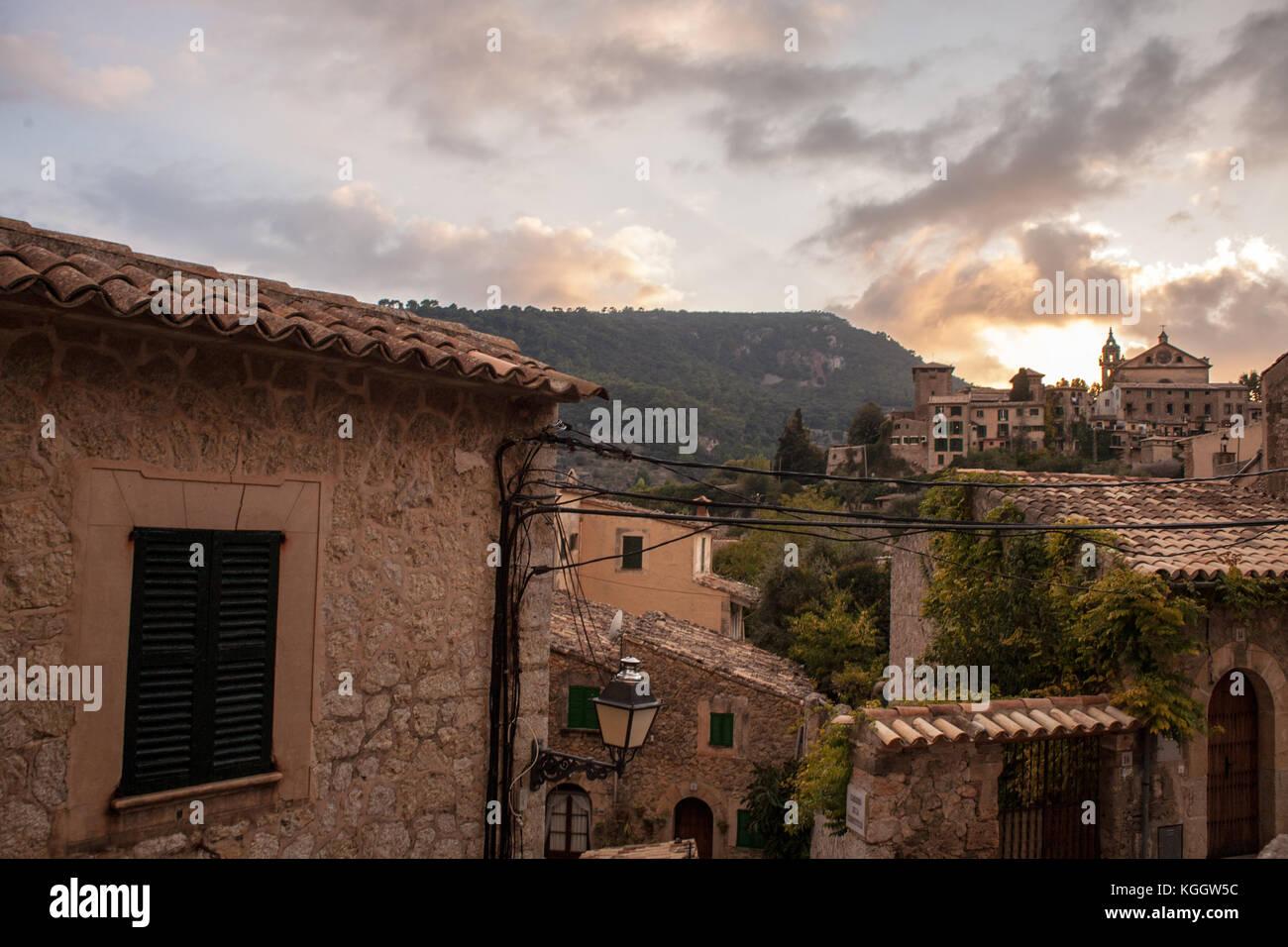 Dächer und Telefon Kabel in einer dramatischen Sonnenuntergang in Valldemossa, Mallorca Stockbild