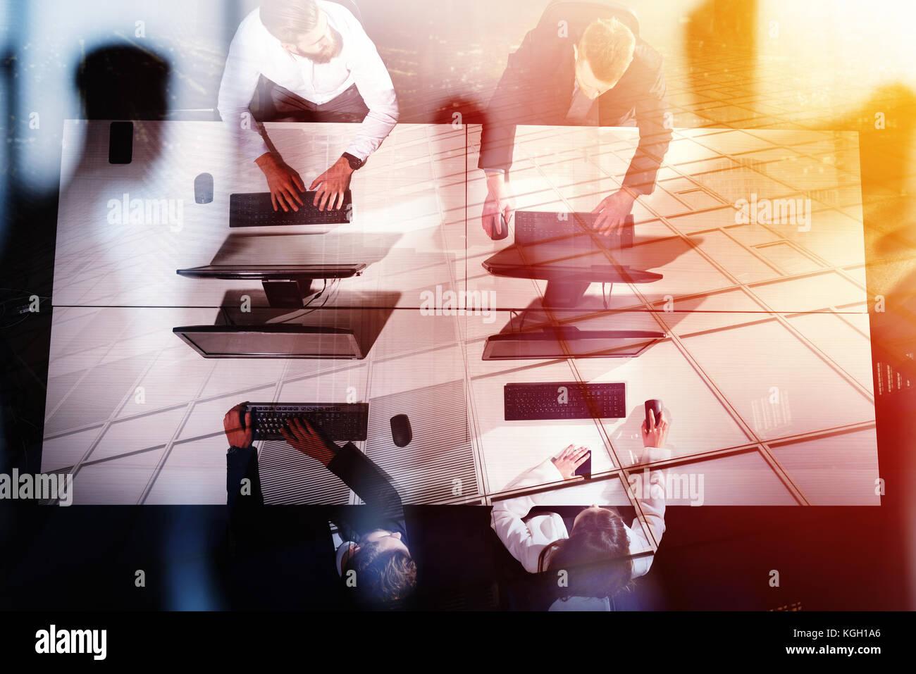 Unternehmer im Büro arbeiten mit Computer. Konzept der Partnerschaft und Zusammenarbeit. Stockbild
