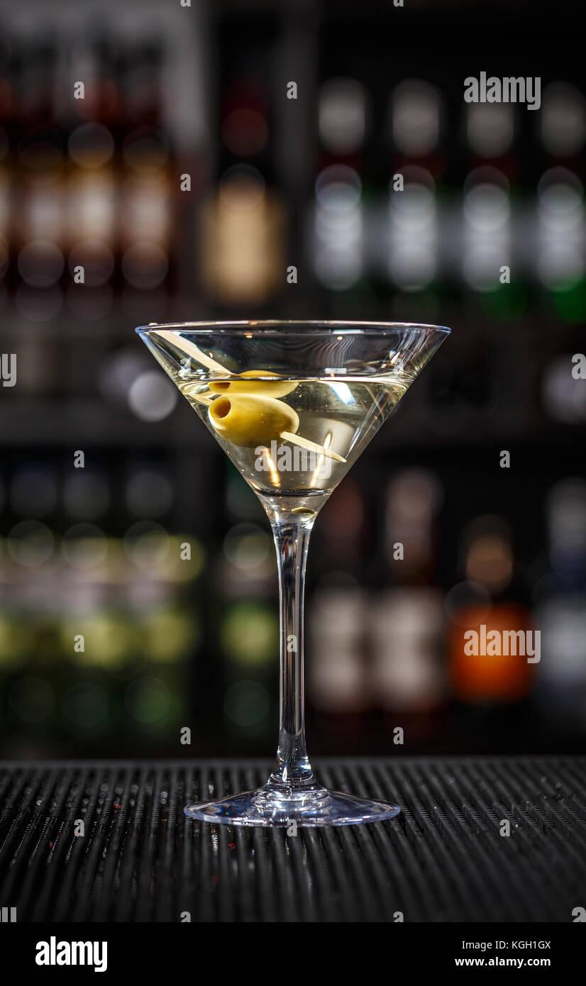 Martini Cocktail mit grünen Oliven auf einen Tresen Stockbild