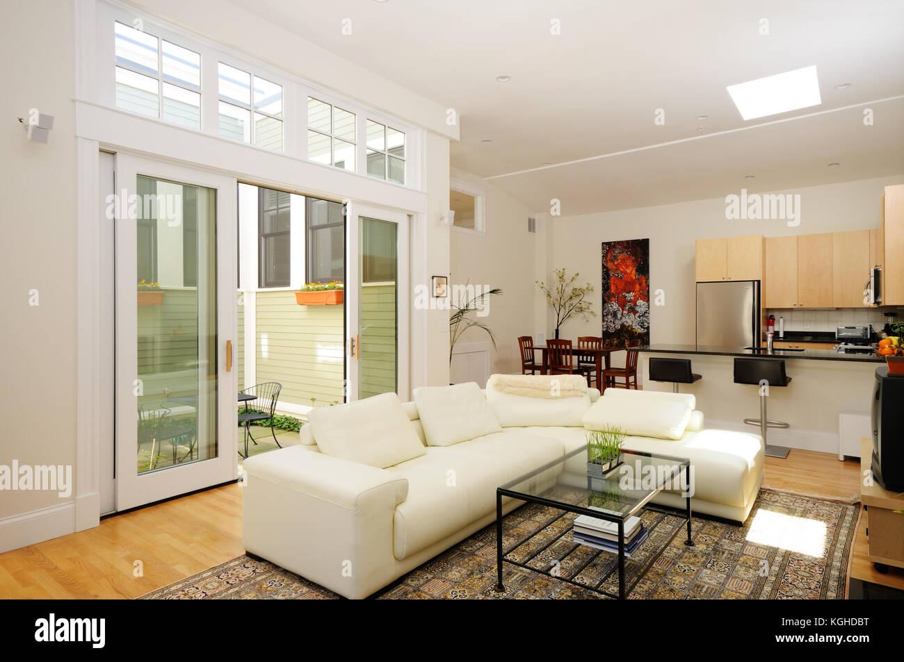 Offenen Grundriss. Wohnzimmer, Esszimmer, Küche und Atrium im ...
