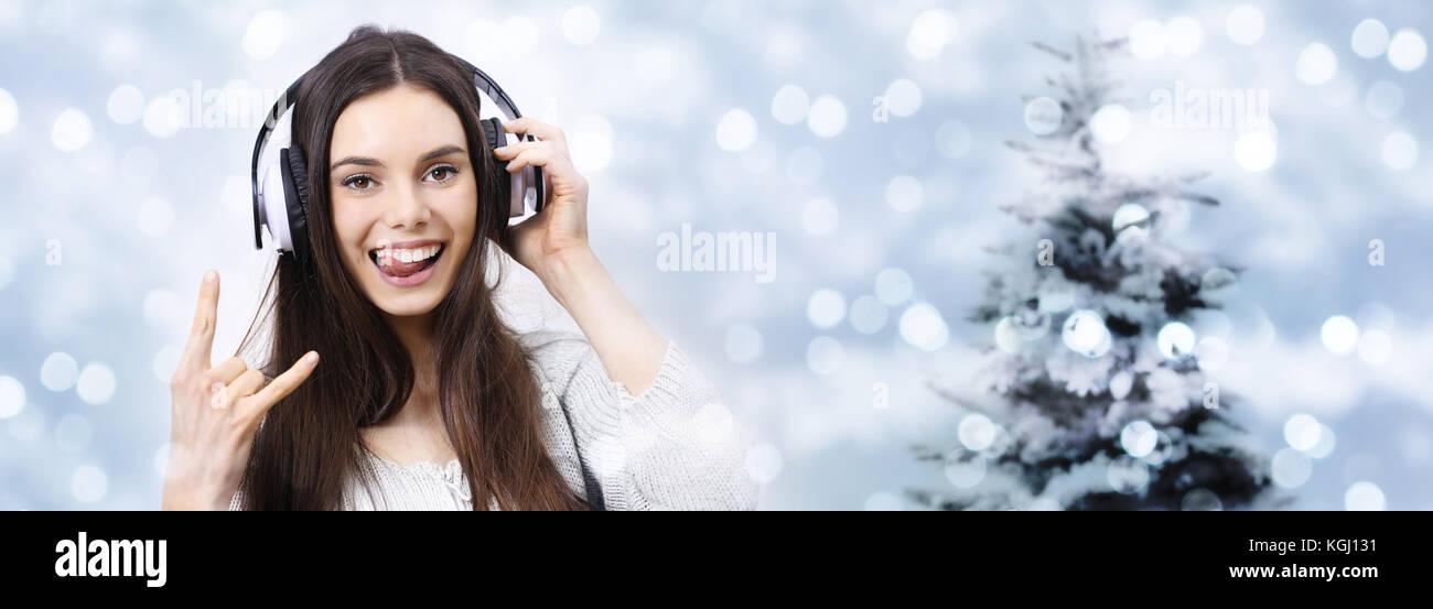 Happy Christmas Party Konzept Frau hört Musik mit Kopfhörern tun ...