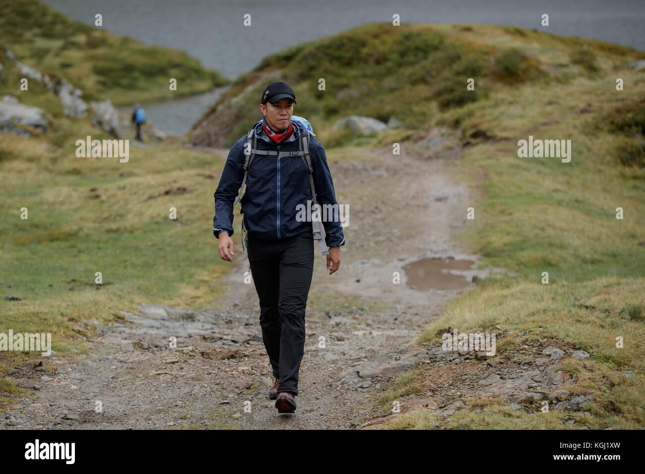 Ein asiatischer Mann Wandern in den österreichischen Bergen Stockbild