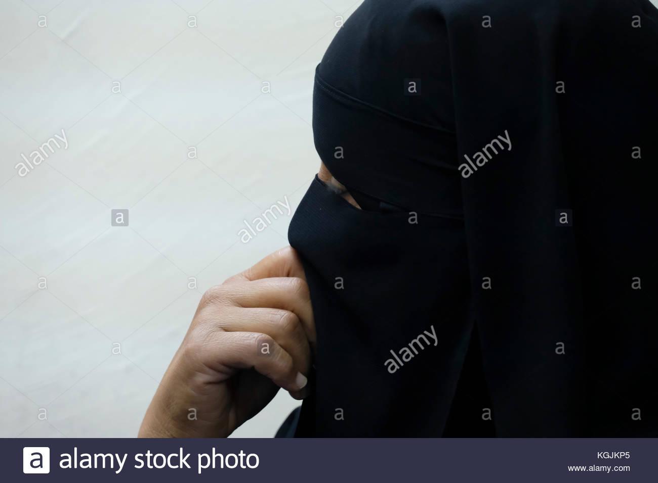 Beerscheba, Israel. 08 Nov, 2017. eine verschleierte Beduinen Frau im Büro der Ngo itach-ma'achi - weibliche Stockbild