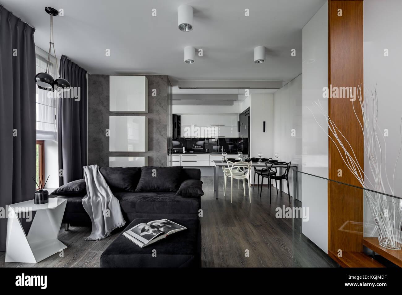 Grau und Weiß Apartment mit Wohnzimmer offene Küche ...