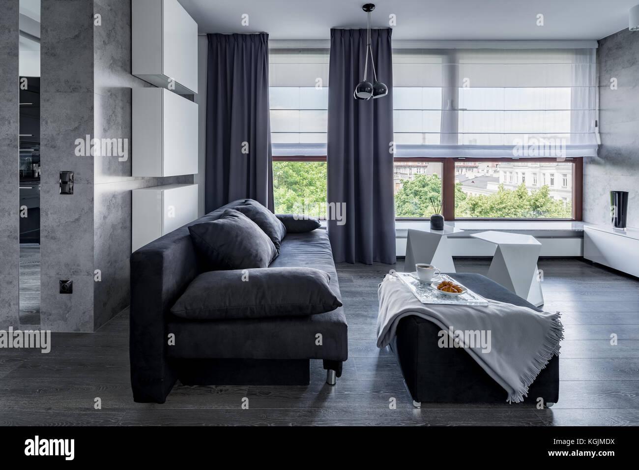 Grau Wohnzimmer mit Sofa, Hocker Couchtisch und große ...