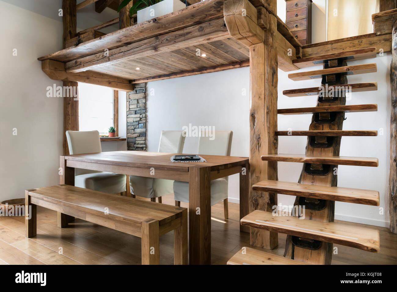 Holz Tisch Im Esszimmer Unter Zwischenboden Stockfoto