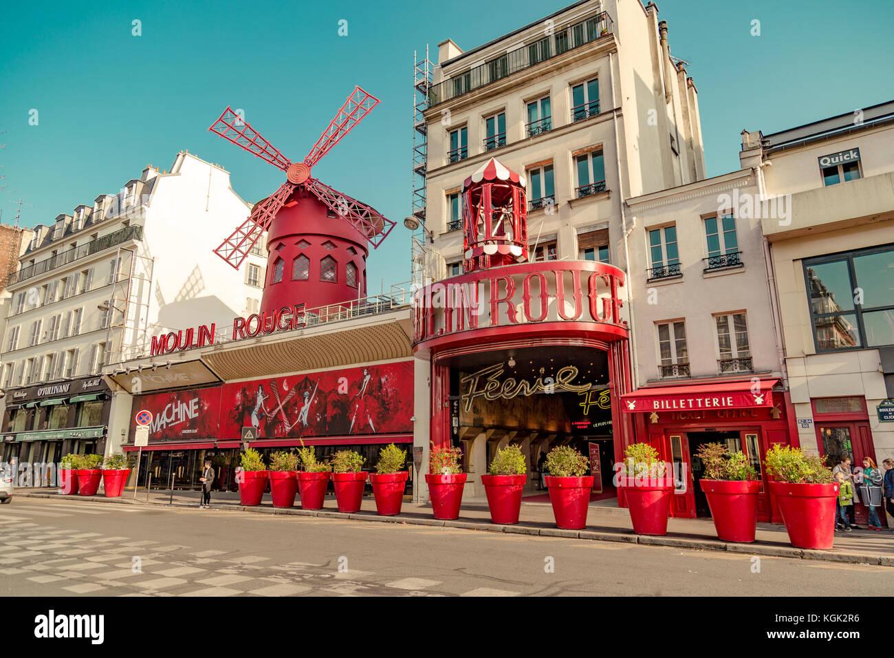 Paris, Frankreich, 31. März 2017: Moulin Rouge ist ein berühmtes Kabarett 1889, Position im Pariser Rotlichtviertel Stockbild